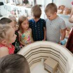 Dzieci z oddziału Motylków podczas warsztatów ceramicznych (