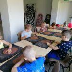 Dzieci z oddziału Motylków podczas warsztatów ceramicznych (18)