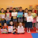 Dzieci z pracami plastycznymi
