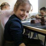Dziecko tworzy z gliny