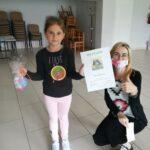 Dziecko z nagrodą i dyplomem