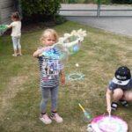 Dziewczynka bawi się bańkami mydlanymi