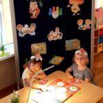 Dziewczynki grają w grę planszową