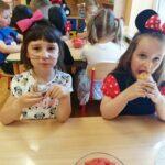 Dziewczynki jedzą muffinki