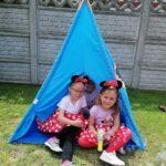Dziewczyny siedzą w wigwamie