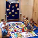 Grupa Mrówki gra wspólnie w grę planszową