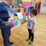 Hania z przedszkola w Radwanicach odbiera nagrodę za zajęcie trzeciego miejsca w Pierwszym Konkursie Piosenki i Tańca Przedszkolaczku - po prostu tańcz i śpiewaj