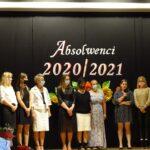 Kadra pedagogiczna oraz zaproszeni goście na scenie