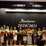Kadra pedagogiczna oraz zaproszeni goście obdarowani kwiatami przez radę rodziców