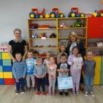 Krasnoludki z przedszkola w Grębocicach odbierają nagrodę za zajęcie pierwszego miejsca w Pierwszym Konkursie Piosenki i Tańca Przedszkolaczku - po prostu tańcz i śpiewaj.