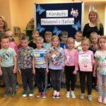 Motylki z przedszkola w Grębocicach odbierają nagrodę za wyróżnienie w Pierwszym Konkursie Piosenki i Tańca Przedszkolaczku - po prostu tańcz i śpiewa