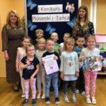 Mrówki z przedszkola w Grębocicach odbierają nagrodę za zajęcie pierwszego miejsca w Pierwszym Konkursie Piosenki i Tańca Przedszkolaczku - po prostu tańcz i śpiewaj.