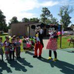 Myszka Miki i Minnie witają dzieci