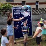 Nauczyciel z dziećmi robi bańki mydlane
