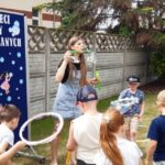 Nauczyciel z dziećmi robią bańki mydlane