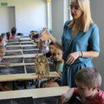 Prowadząca i dzieci podczas warsztatów