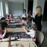 Przedszkolaki podczas warsztatów ceramicznych.