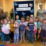 Pszczółki z przedszkola w Grębocicach odbierają nagrodę za wyróżnienie w Pierwszym Konkursie Piosenki i Tańca Przedszkolaczku - po prostu tańcz i śpiewaj.