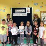 Stokrotki z przedszkola w Grębocicach odbierają nagrodę za wyróżnienie w Pierwszym Konkursie Piosenki i Tańca Przedszkolaczku - po prostu tańcz i śpiewa