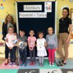 Tulipanki z przedszkola w Grębocicach odbierają nagrodę za zajęcie trzeciego miejsca w Pierwszym Konkursie Piosenki i Tańca Przedszkolaczku - po prostu tańcz i śpiewa