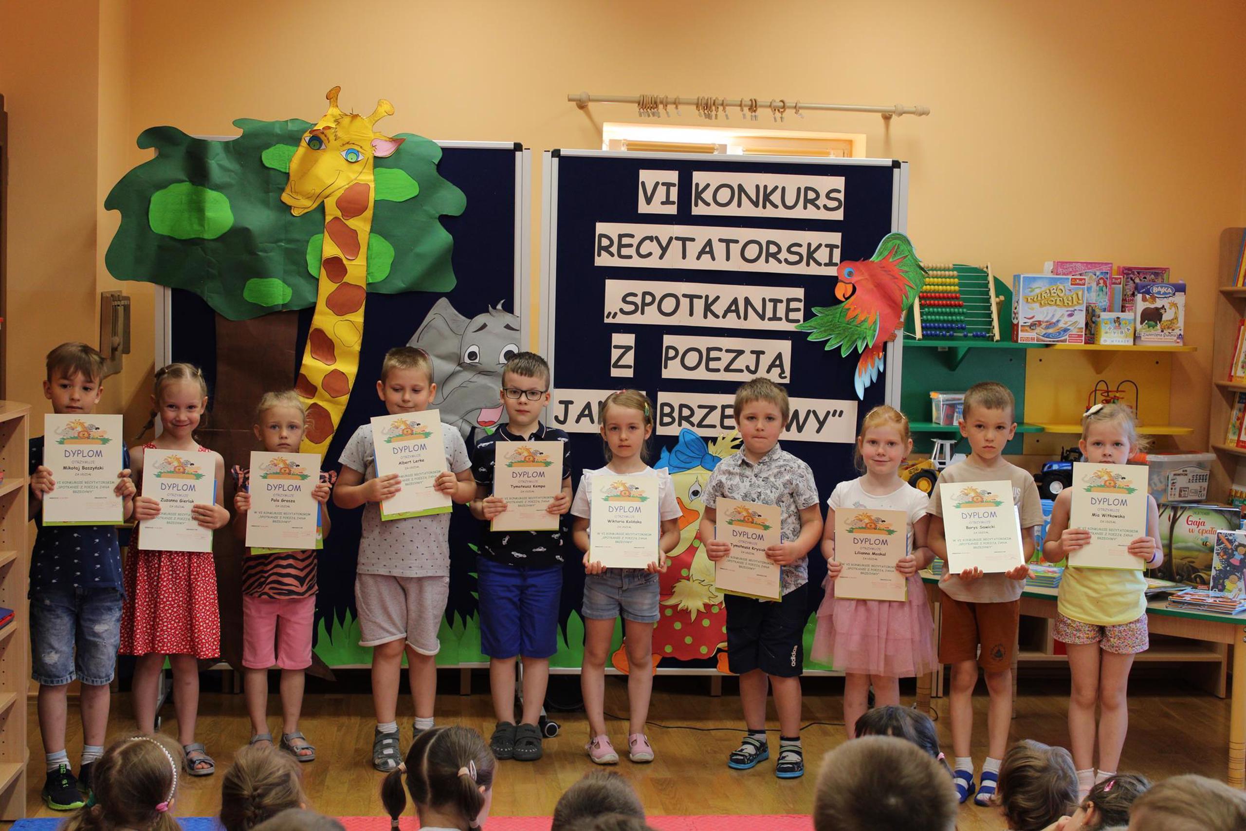 Uczestnicy konkurs w kategorii 4 latków z dyplomami