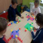 Układamy i czytamy wyrazy z poznanych liter.