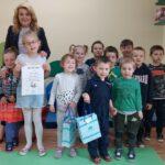 Żabki z przedszkola w Grębocicach odbierają nagrodę za wyróżnienie w Pierwszym Konkursie Piosenki i Tańca Przedszkolaczku - po prostu tańcz i śpiewaj.