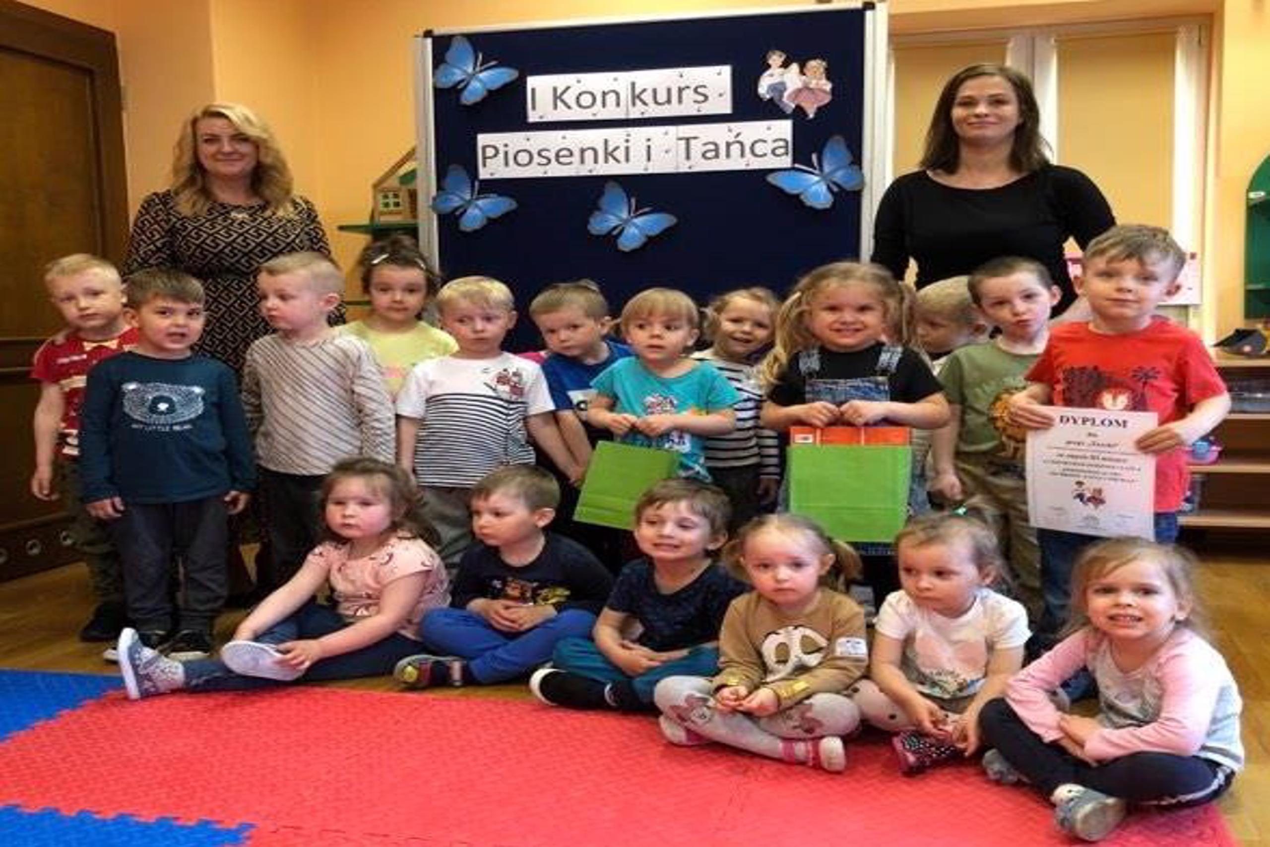 Żuczki z przedszkola w Grębocicach odbierają nagrodę za zajęcie trzeciego miejsca w Pierwszym Konkursie Piosenki i Tańca Przedszkolaczku - po prostu tańcz i śpiewaj.