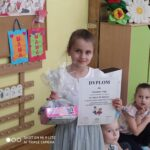 Zuzia z przedszkola Publicznego Nr 6 w Głogowie odbiera nagrodę za zajęcie drugiego miejsca w Pierwszym Konkursie Piosenki i Tańca Przedszkolaczku - po prostu tańcz i śpiewa