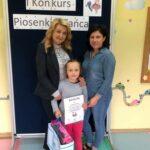 Zuzia z przedszkola w Grębocicach odbiera nagrodę za zajęcie pierwszego miejsca w Pierwszym Konkursie Piosenki i Tańca Przedszkolaczku - po prostu tańcz i śpiewa