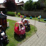 dzieci jeżdzą samochodzikami (