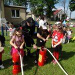 dzieci pompują wodę