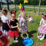 dzieci puszczaja bańki