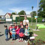 dzieci stoją przed przedszkolem