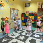 dzieci w parach tańczą