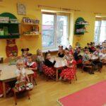 dzieci z grupy Pszcółki jedzą lody (