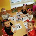 dzieci z grupy Pszcółki malują kolorowankę