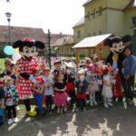 dzieci z grupy Żabki z Myszką Miki i Myszką Minnie