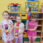 dziewczynki z wieżami z kubeczków