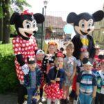 dzisci z Myszką Miki i Myszką Minnie