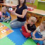nauczycielka pokazuje robota DOC