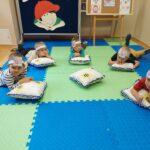 Chłopcy leżą na poduszkach i rozmyślaja