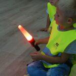 Chłopczyk oglądala policyjną latarkę z nakładką świetlną