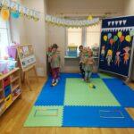 Dzieci biorą udział w konkurencjach