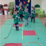 Dzieci biorą udział w zawodach