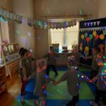 Dzieci biorą udział z zabawach muzycznych