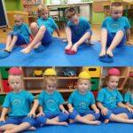 Dzieci ćwiczą z jeżykami