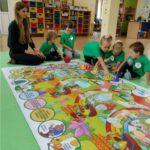 Dzieci grają w dużą gre planszową