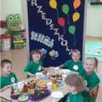 Dzieci jedzą słodki poczęstunek