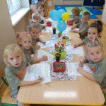 Dzieci kolorują obrazek tematyczny